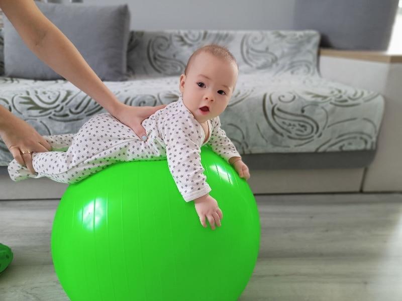 Фітбол для дітей – корисні загальнорозвиваючі вправи на фітболі для немовлят